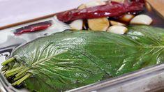 밥한공기 순삭~ 깻잎장아찌 만드는법 따듯한 밥 위에 깻잎장아찌 한장 얹어서 먹으면! 밥한공기가 뚝딱~ 없어져요 ㅎ 여름철 반찬으로 정말 맛있는 깻잎장아찌! 양념장 비율만 잘 맞춰 주면 누구나 손쉽게 만들.. Korean Food, Pickles, Cucumber, Cabbage, Food And Drink, Fish, Meat, Vegetables, Cooking