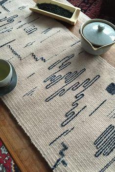 Weaving Textiles, Weaving Art, Weaving Patterns, Loom Weaving, Tapestry Weaving, Hand Weaving, Textiles Techniques, Weaving Techniques, Poncho Pattern Sewing