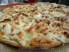 PIZZA AU CHEVRE, MIEL & OIGNONS FRITS (Pour 8 portions : 1 sachet de préparation pour pâte à pizza Francine, 150 g de bûche de chèvre (les 3/4), 200 g de crème, 30 g de parmesan râpé, 20 g d'oignons frits, 4 c à c de miel, sel, poivre, ciboulette)
