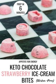 With a fresh strawberries & cream flavor and spiked with crunchy chocolate chips, these 5 ingredients, no-churn ice-cream bites are the perfect ketogenic snack or summer party indulgence Ketogenic Ice Cream, Keto Ice Cream, Ice Cream Recipes, Desserts Keto, Keto Friendly Desserts, Dessert Recipes, Keto Snacks, Recipes Dinner, Dessert Ideas