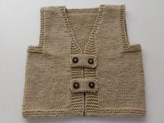kahverengi yünden örülmüş erkek bebekler için düğme süslemeli pek şirin bir yelek modeli ile ilham verici bebek örgüleri 10marifet.org'da