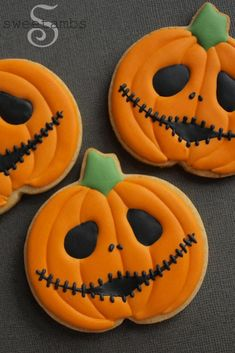 40 Halloween Cookies Recipe Ideas To Get Inspired From - The Creatives Hour Halloween Desserts, Halloween Cupcakes, Soirée Halloween, Halloween Cookie Recipes, Halloween Cookies Decorated, Halloween Sugar Cookies, Halloween Party Snacks, Halloween Dinner, Halloween Pumpkins