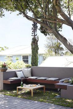 庭のコーナーの屋外リビングスペース
