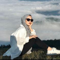 Modest Fashion Hijab, Casual Hijab Outfit, Muslim Fashion, Women's Fashion Dresses, Hijabi Girl, Girl Hijab, Arab Girls Hijab, Model Poses Photography, Twin Outfits