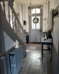 The sun is present today and illuminates the entrance. Good Sunday to all and . Style At Home, Hallway Decorating, Interior Decorating, Edwardian Hallway, Hallway Colours, Tiled Hallway, Flur Design, 1930s House, Small Hallways