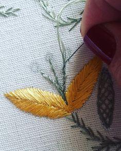 #handembroidery #embroidery #ricamomano #broderiemain #broderie #embroidery #needleart #needlepoint #needlework #madeinportugal #bordadoaseda #silkthreads #pontopédeflor #wip #bordadeiras #feitoamao #bordadosdecastelobranco #textilart #agulhaelinha #handmade #bordado #bordadoàmão #stitchers #textilart #artesanato #folhasbordadas #embroidedleaves #leaves #bordadoaseda #handmade #silkthreads