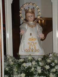La Virgen Niña, de pie, dispuesta a seguir la voluntad del Altísimo.