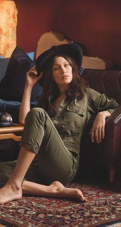 Nouveautés Denim & Supply Ralph Lauren : Bella Hadid porte la combinaison utilitaire en coton vert miliaire.