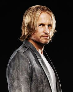 Haymitch is de begeleider van Katniss en Peeta. Hunger Games Mockingjay, Mockingjay Part 2, Hunger Games Trilogy, Hunger Games Characters, Capitol Couture, Hunger Games Exhibition, Suzanne Collins, Adventure Film, The Dark Artifices