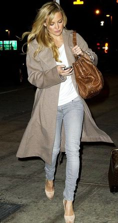 Kate Hudson looking amazing in a basic tee and skinnies and I want that coat