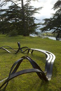 Les bancs fous, fous, fous, en acier courbé, de Pablo Reinoso ponctuent le parc du Gualoup.