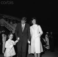 President Kennedy holds the hands of daughter Caroline, and wife Jackie on August The three will spend the Labor Day weekend together in Newport. Jacqueline Kennedy Onassis, Les Kennedy, Carolyn Bessette Kennedy, Caroline Kennedy, John Kennedy, Sweet Caroline, Newport, Familia Kennedy, John Fitzgerald