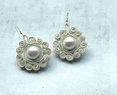 Snowflakes dangle earrings soutache - pearl white - white creamy - circle earrings - elegant earrings - winter jewelry - retro - christmas, via Etsy. Cream Earrings, Pearl Stud Earrings, Pearl Studs, Circle Earrings, Drop Earrings, Soutache Tutorial, Ideas Joyería, Soutache Earrings, Fabric Jewelry