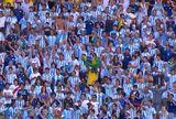 Torcedor solitário ergue bandeira do Brasil em meio a vários argentinos (Reprodução SporTV)