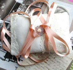 Mariage coussin porte alliances-tissu en jersey et dentelle ancienne ivoire-ruban de satin corail-rosace en métal argenté-style shabby chic. : Presentoir, boîtes par coquetterie-de-fille