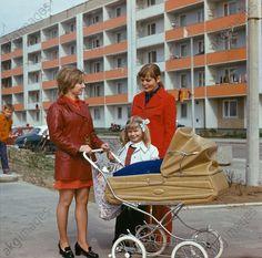 Junge Frauen mit Kind und Kinderwagen in einer Wohnsiedlung des Petrolchemischen Kombinats in Schwedt (DDR), 1975