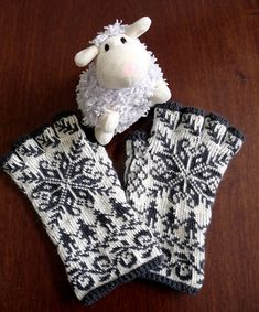 """Stricken Ravelry: lacesockslupins' modified Annemor Twined Selbu, of 11 FG""""s, Knitted Mittens Pattern, Knit Mittens, Knitted Gloves, Knitting Socks, Hand Knitting, Knitting Patterns, Hat Patterns, Loom Knitting, Stitch Patterns"""