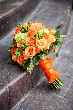 Obsessed with this bouquet- orange roses and green hydrangeas. Orange and green wedding