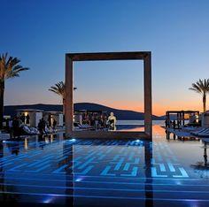 Piscina do Hotel Purobeach Porto Montenegro - Baía de Kotor Amazing Swimming Pools, Hotel Swimming Pool, Hotel Pool, Awesome Pools, Santorini, Beautiful Hotels, Beautiful Places, Amazing Hotels, Cyclades Islands