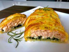 Łosoś ze szpinakiem i fetą, zapiekany w cieście francuskim - Blog z apetytem Spanakopita, Lasagna, Sushi, Sandwiches, Food Porn, Pork, Food And Drink, Menu, Vegetarian