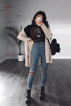 5 Cute Korean Outfits That You Must Have In Your Wardrobe Kurze Mom Jeans, Camiseta Tommy Jeans und alle Star Branco. Kurze Mom Jeans und All Star BrancoKurze Mom Jeans und All Star BrancoMom Jeans und Converse All Star WeißMom Jeans. Grunge Outfits, Style Outfits, Cute Fall Outfits, Winter Fashion Outfits, Mode Outfits, Korean Outfits, Casual Winter Outfits, Autumn Fashion, Summer Outfits