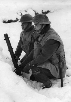 British soldiers with a 51mm light mortar, 27 January 1940
