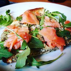 Flammkuchen mit Lachs & Rucola  #Food #foodblog #foodporn #salmon #rucola