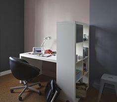 In een ruimte met verschillende functies, kan kleur duidelijkheid en orde creëren. Een warm roze tint in contrast met vergrijsde blauwtinten geeft een persoonlijke sfeer.