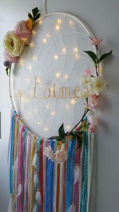 Oui l'attrape rêves est devenu l'accessoire indispensable de la décoration des mariages, on en voit partout, de toutes les tailles, de toutes les couleurs et ce n'est pas pour me …
