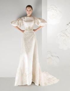 Vestido en organza rústica de seda labrada con mangas abullonadas, corpiñete bordado en cristal  y bajo decorado con tul rizado. FRANCO QUINTÁNS
