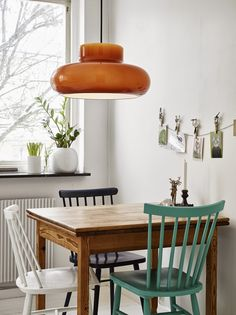 Cute kitchen nook in a Scandinavian styled Gothenburg apartment. Best Simple Kitchen Designs Ideas For Small House Decoration Best Dining, Small Dining, Simple Kitchen Design, Kitchen Designs, Interior Decorating, Interior Design, Dining Room Table, Apartment Living, Home Kitchens