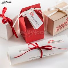 http://www.lemienozze.it/operatori-matrimonio/bomboniere/medici-senza-frontiere-bomboniere/media/foto/8 Bomboniere di nozze solidali: pergamena di ringraziamento e confetti per fare del bene anche nel giorno delle nozze.
