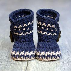 He encontrado este interesante anuncio de Etsy en https://www.etsy.com/es/listing/467620964/crochet-pattern-dakota-baby-boot-boy