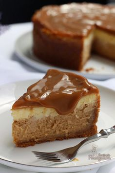 Amazing cheesecake of dulce de leche in two layers! Are you going to resist? Cake Recipes From Scratch, Easy Cake Recipes, Sweet Recipes, Dessert Recipes, Portuguese Desserts, Sweet Cakes, Sweet Desserts, Cheesecake Recipes, Chocolate Cheesecake