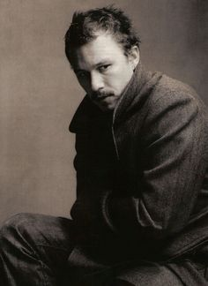An incredible, haunting portrait of #HeathLedger by Annie Leibovitz...c'est formidable, j'en trouve