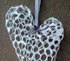 Kanaverkosta ja mulperi- tai pellavakartongista valmistuu kauniita sydämiä kotia koristamaan tai tuliaisiksi. Leikkaa kanaverkosta suor... Diy And Crafts, Arts And Crafts, Paper Mache, Metallica, Pot Holders, Paper Art, Projects To Try, Gardening, Papier Mache