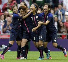 決勝進出を決め、メダル獲得が確定したなでしこジャパン(写真:AP/アフロ)