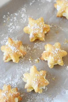 Looking for a festive dessert recipe to make this winter? Try out these 20 Minute Snowflake Cream Puffs from Amy, of Sizzling Eats! Use a cookie cutter to cut Pepperidge Farm® Puff Pastry Sheets into sweet snowflake treats. Then, add whipped crea . Puff Pastry Desserts, Puff Pastry Recipes, Köstliche Desserts, Holiday Desserts, Delicious Desserts, Dessert Recipes, Choux Pastry, Shortcrust Pastry, Kosher Desserts