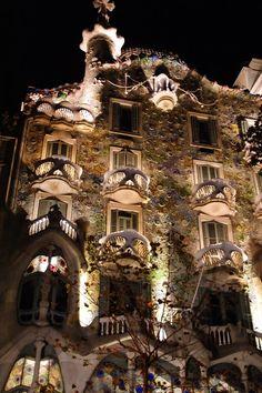 Barcelona, Casa Batlló - l'obra mestra de Gaudí, amb il · luminació / la obra maestra de Gaudí, con Iluminación