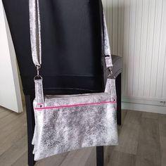 by_chaliefashion Et voilà juste fini....le Chachacha Sacotin en simili blanc vieilli, coton flamands rose, kit LMDC, et passepoil mondial tissu.....c'est la version medium...#chachacha #Sacotin #simili #flamand rose #lmdc