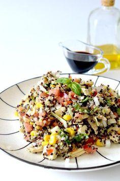Esta ensalada de quinoa con pollo y albahaca es una manera perfecta de aprovechar unas sobras de un asado, aunque esta tan rica que la harás también cuando no las tengas! Healthy Salad Recipes, Veggie Recipes, Diet Recipes, Vegetarian Recipes, Recipies, Tabbouleh Recipe, Fast Metabolism Diet, Daily Meals, Kitchen Recipes