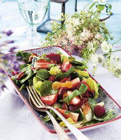 Sommarsallad med bär och rostade mandlar