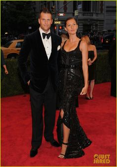 Oh Tom Brady looking fine in his tux at the Met Ball...