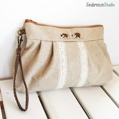 SeabreezeStudioオリジナルのリストレット・クラッチです。●ナチュラルの綿麻をベースに、トーションレースでアクセントをつけました●はりねずみは羊毛...|ハンドメイド、手作り、手仕事品の通販・販売・購入ならCreema。