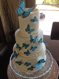 FotoPastel: Paso a paso para decorar una tarta con Mariposas Precortadas en papel de arroz Pretty Cakes, Beautiful Cakes, Amazing Cakes, White Cakes, Blue Cakes, Quince Cakes, Sweet 16 Cakes, Quinceanera Themes, Butterfly Cakes