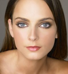 Some occasions like parties or formal get-togethers demand an intense look. Dramatic eyes are a good way to achieve this look. Dramatic eye make-up emerged Pale Makeup, Dramatic Eye Makeup, Dramatic Eyes, Makeup Looks, Winter Makeup, Holiday Makeup, Beauty Skin, Hair Beauty, Big Eyelashes