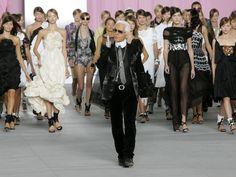 Karl Lagerfeld rodeado de sus niñas