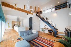 スケルトンの階段が圧迫感を無くし、寸法以上の広さを感じさせる。木の自然な風合いを生かしたアルダー材を床に使用。