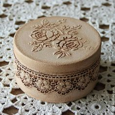 Discover thousands of images about Boxes handmade. Decoupage Vintage, Decoupage Box, Vintage Crafts, Tin Can Crafts, Diy And Crafts, Handmade Jewelry Box, Shabby Chic Crafts, Hat Boxes, Pretty Box