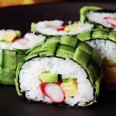 Recipe with video instructions: How to make braided cucumber sushi roll. Ingredients: 1 cucumber, 1 sheet nori, 200 g sushi rice, 3 slices avocado, 3 pieces… Cucumber Sushi Recipe, Cucumber Rolls, Cucumber Sandwiches, Sushi Roll Recipes, Vegan Sushi Rolls, Cooked Sushi Recipes, Cooking Recipes, Healthy Recipes, Healthy Drinks